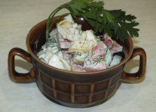 Салат овощной с помидорами, огурцами и перцем